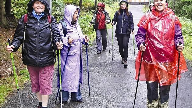 Nordic walking se dá provozovat i v dešti, stačí pláštěnka a dobrá nálada.