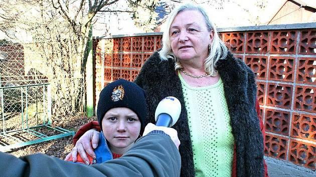 Hledaný rumunský chlapec Lavinius  s nevlastní matkou v lednu letošního roku. Tehdy utekl a byl nalezen asi deset kilometrů od Neratovic.