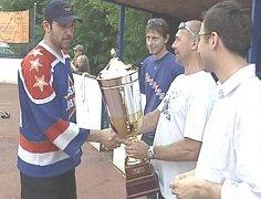 Starosta města Petr Holeček předal Petroniův pohár do rukou kapitána CSKA Lobeček Jana Střesky. U dekorování nemohli chybět ani zakladatelé AHL Tomáš Hora (vpravo) a Jindřich Kohm.