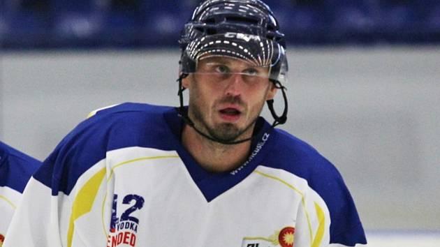 Osmatřicetiletý odchovanec kladenského hokeje Ladislav Gengel (na archivním snímku v dresu Ústí) obohatil svou pestrou ligovou kariéru o premiérový start ve středočeské lize. A napoprvé rovnou připsal hattrick.