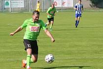 Fotbalisté Sokola Libiš (v modrém) porazili v domácím utkání 6. kola divize C Benátky nad Jizerou 2:1.
