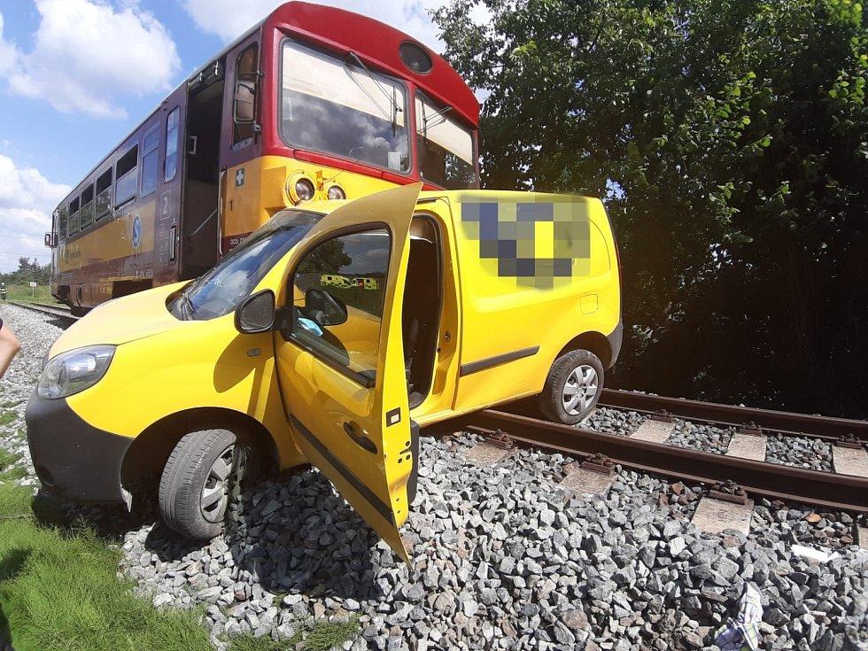 Lidský život si v úterý dopoledne vyžádal střet auta s osobním vlakem na Praze-východ.