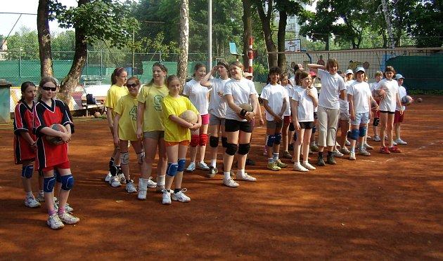 Účastnice nedělního volejbalového turnaje v Mělníku.