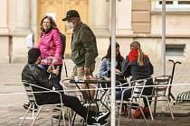 Zahrádky kaváren a restaurací v Kralupech nad Vltavou ve středu 19. května 2021.