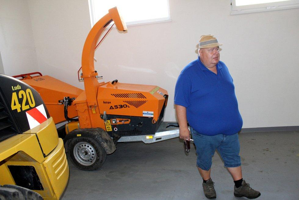 Starosta Tomáš Čížek v povodňových skladech, kde nyní sídlí technika na úpravu obce i loď pro případ potřeby.