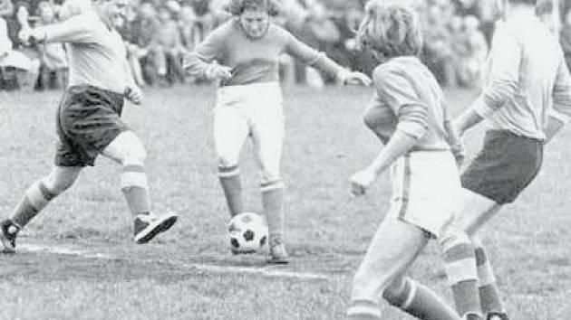 Dobová fotografie z roku 1965 z utkání staré gardy Velkého Borku proti dívčímu fotbalovému týmu z Markvartic u Děčína. Před rekordní diváckou kulisou skončil zápas nerozhodně.