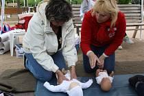 Zaměstnanci Českého červeného kříže učí laiky poskytovat první pomoc.