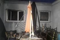 Porouchaný počítač zavinil škodu za půl milionu: způsobil požár i výbuch v rodinném domě v Kostelci nad Labem.