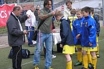 Hráči výběru U12 OFS Mělník přebírají bronzové medaile z rukou bývalého reprezentanta, v současné době hráče Všenor Jiřího Novotného.