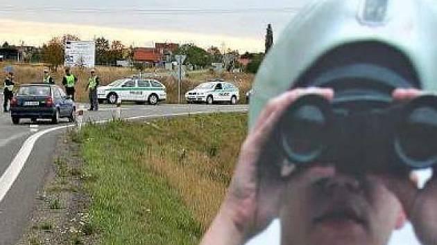 Živé policisty doplnilo na silnicích Mělnicka 12 papírových. Ti měli významný preventivní efekt.