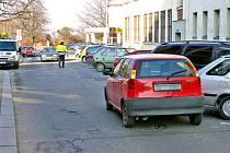 Na snímku je vidět, kam až se řidič, který měl v sobě skoro dvě promile alkoholu, se svým vozidlem dostal. V jednosměrné části Tyršovy ulice musel ujet minimálně sto metrů, než potkal protijedoucí auto.