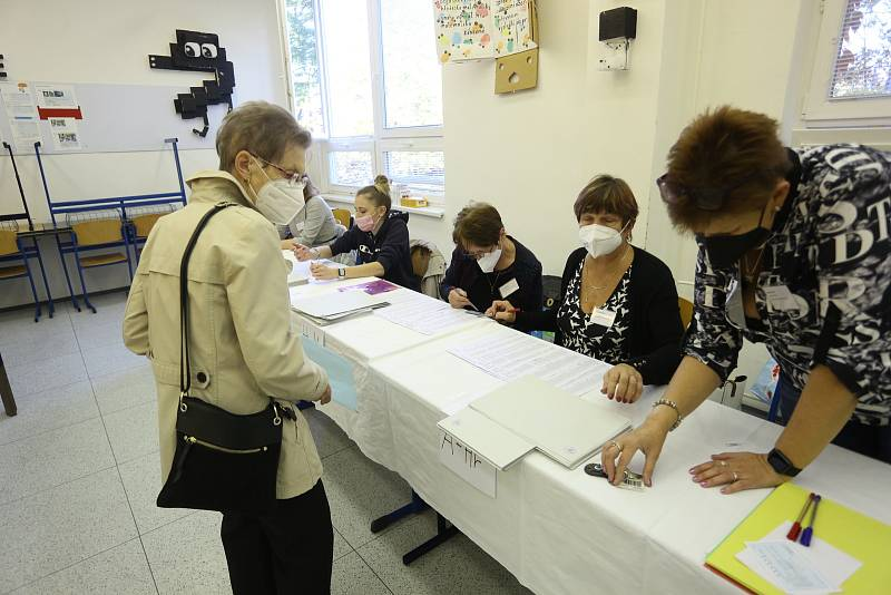 Volby ve volebním okrsku na gymnáziu Jana Palacha