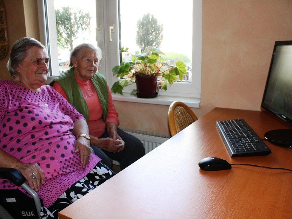 Seniorky si na novém počítači mohou například prohlížet fotky.