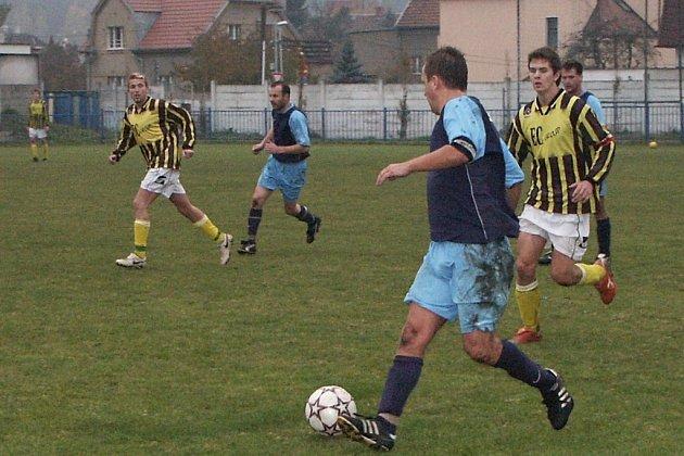 Ledčického kapitána Miroslava Mušku (u míče) pronásleduje kralupský Jan Chroust.