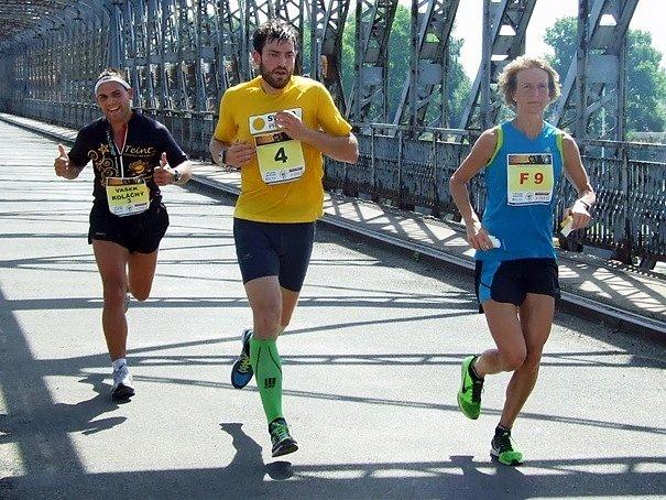 RADKA CHURAŇOVÁ, vítězka ženské kategorie pátého ročníku Miřejovického půlmaratonu, stíhaná Václavem Koláčným a Marek Chlupatým.