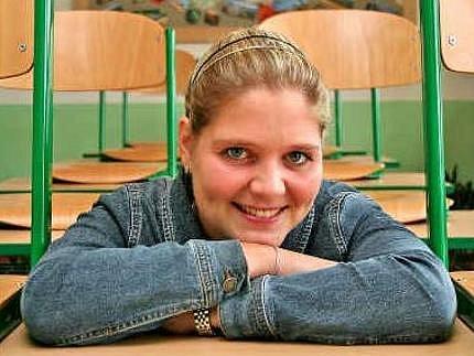NA DRUHÉ STRANĚ. Lucie Maudrová v místech, kde většinou sedí její žáci.