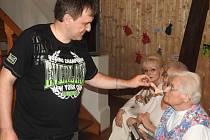Skoro sto třicet druhů hub představila výstava, kterou spolu s mělnickým mykologem Jaroslavem Malým (na snímku) pořádalo regionální muzeum.