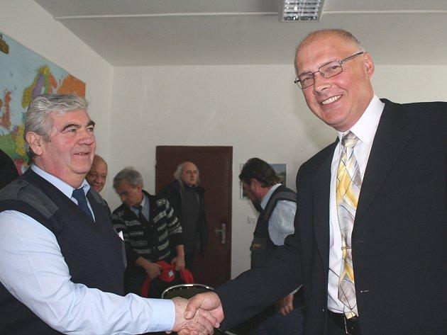 Vítěz Jiří Němeček přijímá gratulaci od ředitele firmy Štěpána Ševčíka.