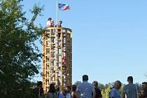 Studenti architektury z ČVUT výrazně oživili místo bývalé cihelny v Libčicích nad Vltavou, postavili tam totiž stožár s výhledem, na kterém symbolicky vztyčili vlajku města.