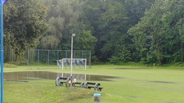 Fotbalové hřiště Sokola Obříství se po průtrži ocitlo během krátké chvíle pod vodou. Zápas domácích s Mlékojedy proto skončil předčasně.