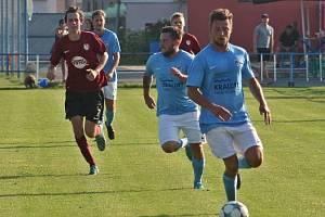 Kapitán Veltrus František Hofman (vlevo, během přípravného utkání s Kralupy) vstřelil v prvním podzimním utkání třetí třídy čtyři góly.