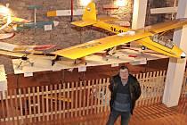 Velký sál Regionálního muzea Mělník je plný krásných a velkých letadel, tedy ne samozřejmě skutečných, ale modelů. Výstava s příznačným názvem Chlapi si zase hrajou přitahuje nejen milovníky leteckých modelů, ale i děti či obdivovatele práce rukou.