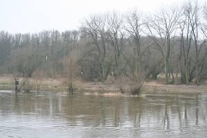 Pondělní stav vody na soutoku Labe a Vltavy v Mělníku