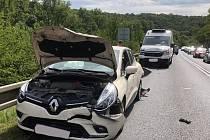 Nehoda dvou osobních automobilů a dodávky, ke které došlo v pátek po 14. hodině u Nové Vsi na Mělnicku, si vyžádala výjezd jednotky Hasičského záchranného sboru z Kralup nad Vltavou.