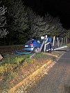 Osobní automobil přerazil betonový sloupek a skončil zadní částí v kolejišti.