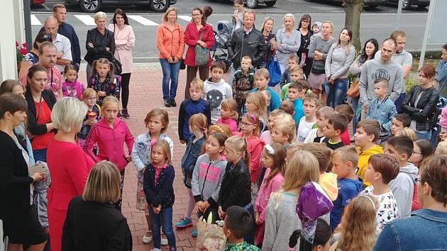 V 8 hodin ráno se sešli žáci a učitelé ze Základní školy Velký Borek na zahájení školního roku 2019/2020 na netradičním místě před volnočasovým centrem.