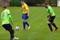 PŠOVECKÝ Jakub Pokorný se snaží něco vymyslet s míčem mezi rejšickou dvojicí Fidrich – Karela. Mělničtí na hřišti ex-přeborového soupeře prohráli gólem z penalty.