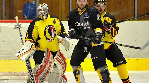 Před brankou mělnického gólmana Jana Vokurky masíruje záda rakovnickému M. Gebhartovi (v černém) mělnický Michal Prejza (ve žlutém).