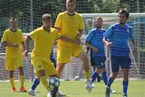 Příprava: Neratovice (ve žlutém) - Loko Vltavín 0:0