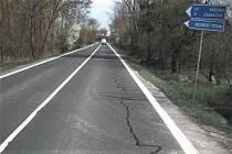 Praskliny ve vozovce a výtluky v úseku silnice I/16 mezi Mělnickým Vtelnem a Vysokou Libní.