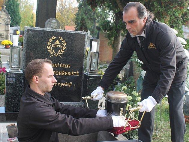 Na veřejném pohřebišti na kosteleckém hřbitově  nechal Pohřební ústav Elpis při církevním obřadu uložit do  hrobky  skoro sto osmdesát uren, které si pozůstalí nevyzvedli.