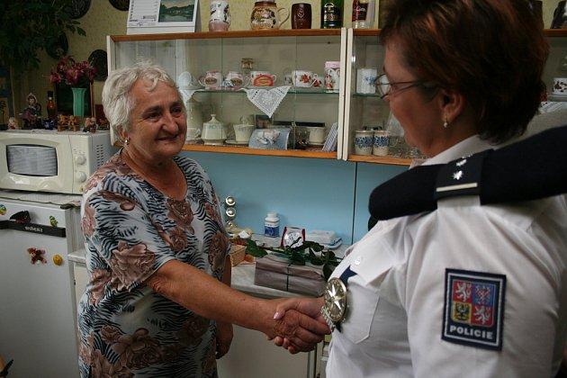 ANNU Veselou včera překvapili zástupci mělnických policistů s dárky za její odvážny čin