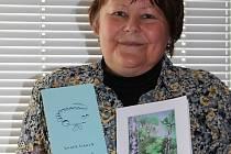 První a zatím poslední sbírku mělnické básnířky Jindry Lírové od sebe dělí šestnáct let.