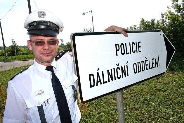 Dálniční oddělení v Nové Vsi. Tomáš Prachovský a jeho podřízení dohlížejí na padesát kilometrů dálnice D8.