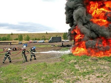 Hasiči se zrovna pustili do boje s ohněm zapáleným pomocí hořlavých látek na vodní hladině. Během několika vteřin bylo v okolí ohnivého sloupu takové vedro, že se nedalo stát ani deset metrů od něj.