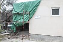 Z rekonstrukce budovy s centrálním sociálním zařízením v mělnickém autokempu.