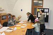 Členové volebních komisí jsou na svou práci připraveni. Ve volebním okrsku č.1 v mělnické radnici tomu není jinak.