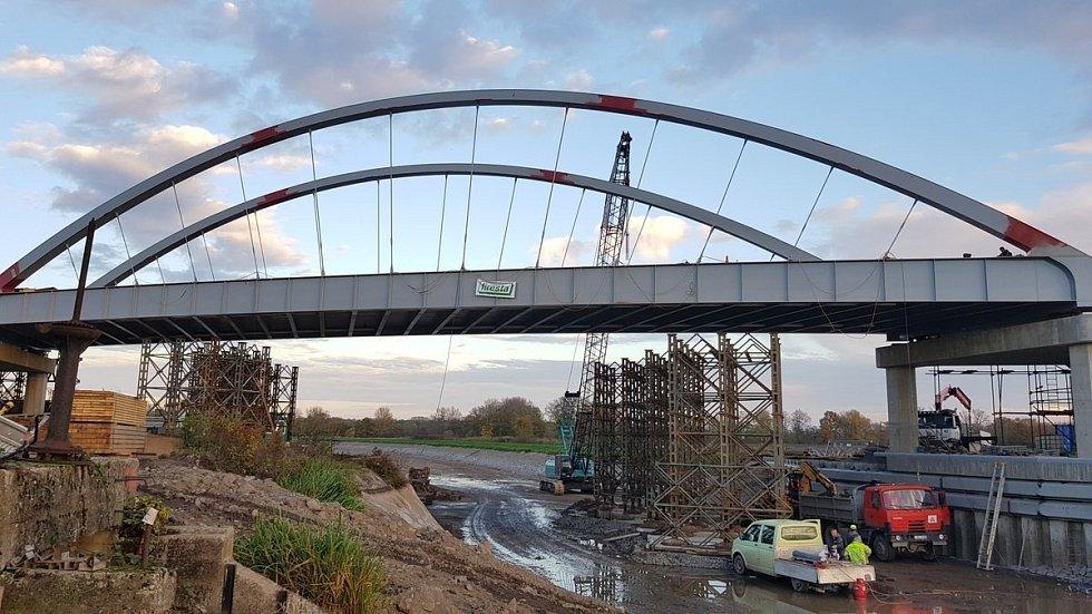 Silniční most mezi Vrbnem a Hořínem.