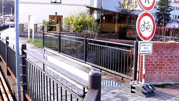 Lávka přes Zákolanský potok v Podřipské ulici v Kralupech nad Vltavou.