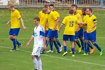 Fotbalisté Neratovic slaví úvodní ze čtyř gólů v síti FK Louny.