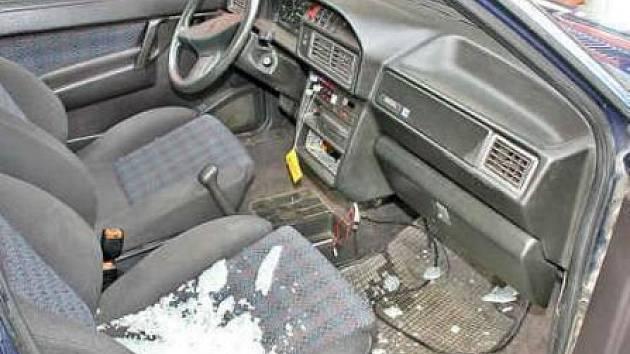 Po mladém nocležníkovi zůstal v autě nepořádek.