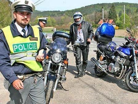 Policisté jsou u silnice mezi Liběchovem a Dubou vidět velmi často. Kontroly ještě zesilily poté, co při jedné z nich motorkář úmyslně najel do policisty, který ho vyzval k zastavení.