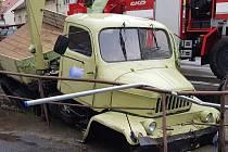 K nehodě nákladního automobilu, který skočil částečně v potoce, došlo v sobotu odpoledne v obci Liběchov.