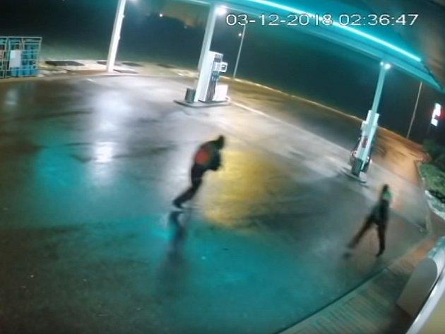 Pachatelé loupežného přepadení benzinky v Nelahozevsi.