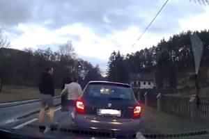 Nijak neoznačená modrá Škoda Fabia s ústeckou registrační značkou, za jejímiž skly probleskovala modrá světla napodobující majáky, předjela jiného řidiče v neděli 10. března na silnici u Medonos.