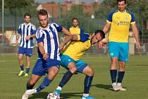 Fotbalisté Libiše (v modrém) a Neratovic zakončili sezonu vzájemným přátelským zápasem.